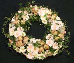 Krans med gule og hvide blomster