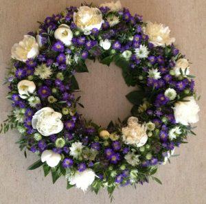 Krans med hvide og lilla blomster