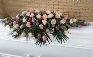 Kistepynt med rosa, lyserøde og hvide og roser