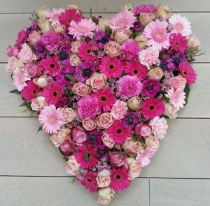 Hjerte af lyserøde blomster