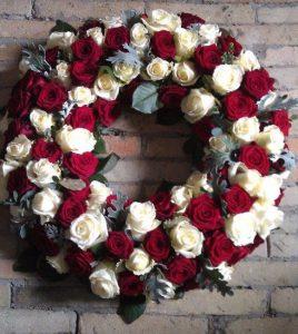 Krans med hvide og røde blomster