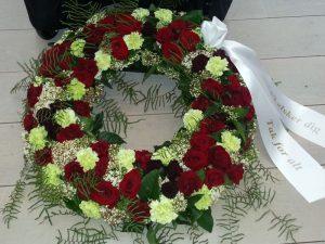 Krans med røde og grønne, hvide blomster
